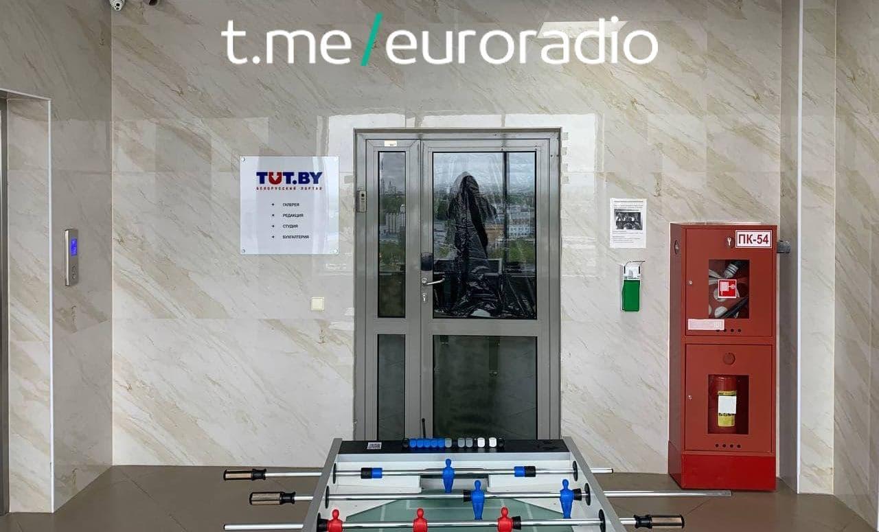 Двери редакции TUT.by запечатали полиэтиленом. Фото: Еврорадио