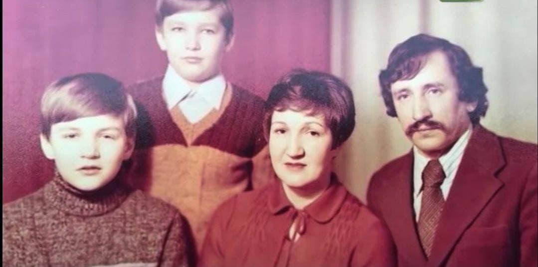 Павел Латушко в детстве с родителями и братом