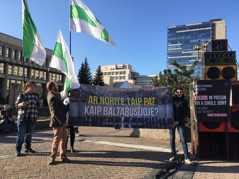 В Вильнюсе устроили митинг против беларуского «нелегалайза». Фото.