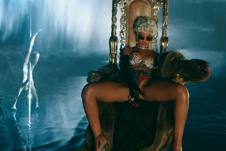 «Pour it up» от Rihanna