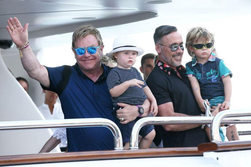 Элтон Джон с мужем и детьми