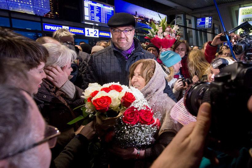 Алексиевич встречают в аэропорту после вручения Нобеля, фото: Евгений Ерчак