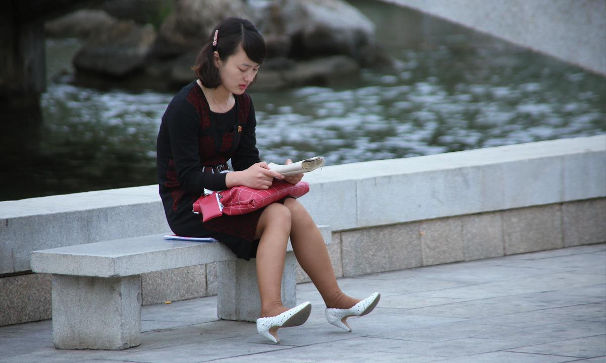 Жена в юбке на улице