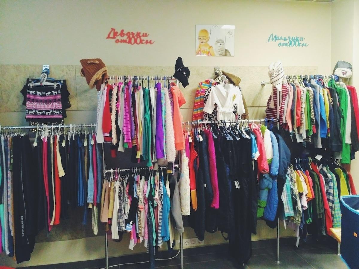 Поштучно одежда не продается – ее покупают объемами, на вес. Есть  определенная категория товара – например, пять пакетов детской одежды по 25  кг. 49d6b4ec8b5