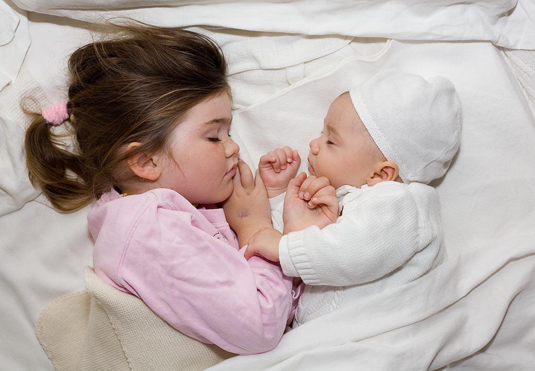 Сестра сосёт у брата под одеялом 7 фотография