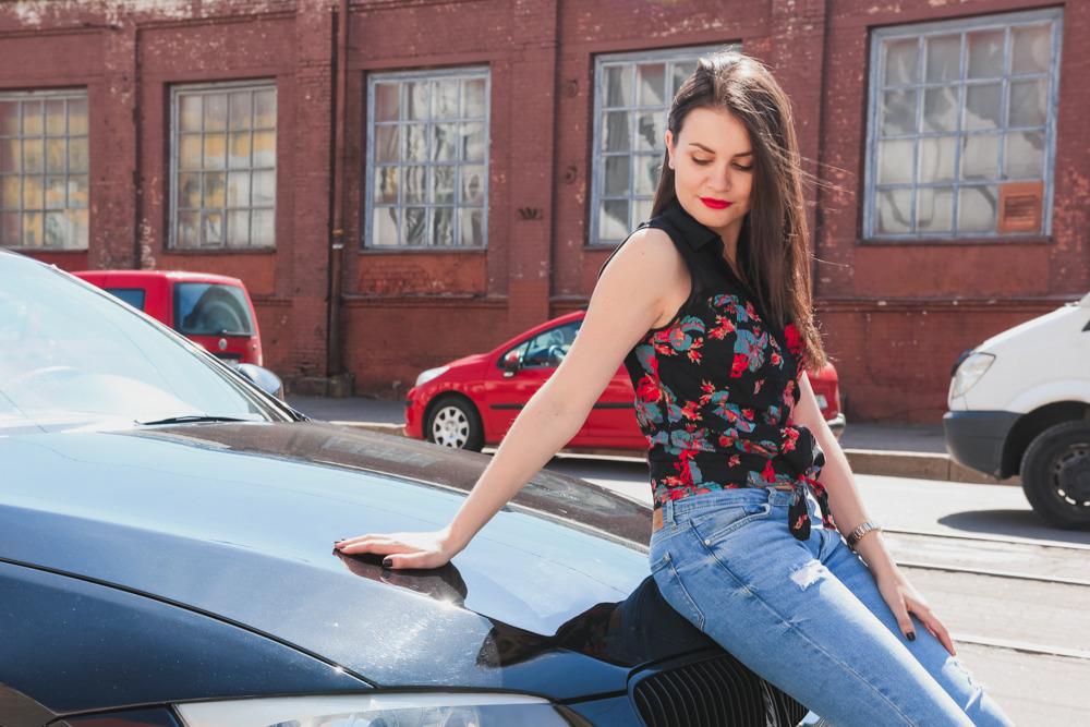 Обнаженная согласилась на секс в машине за деньги ебут