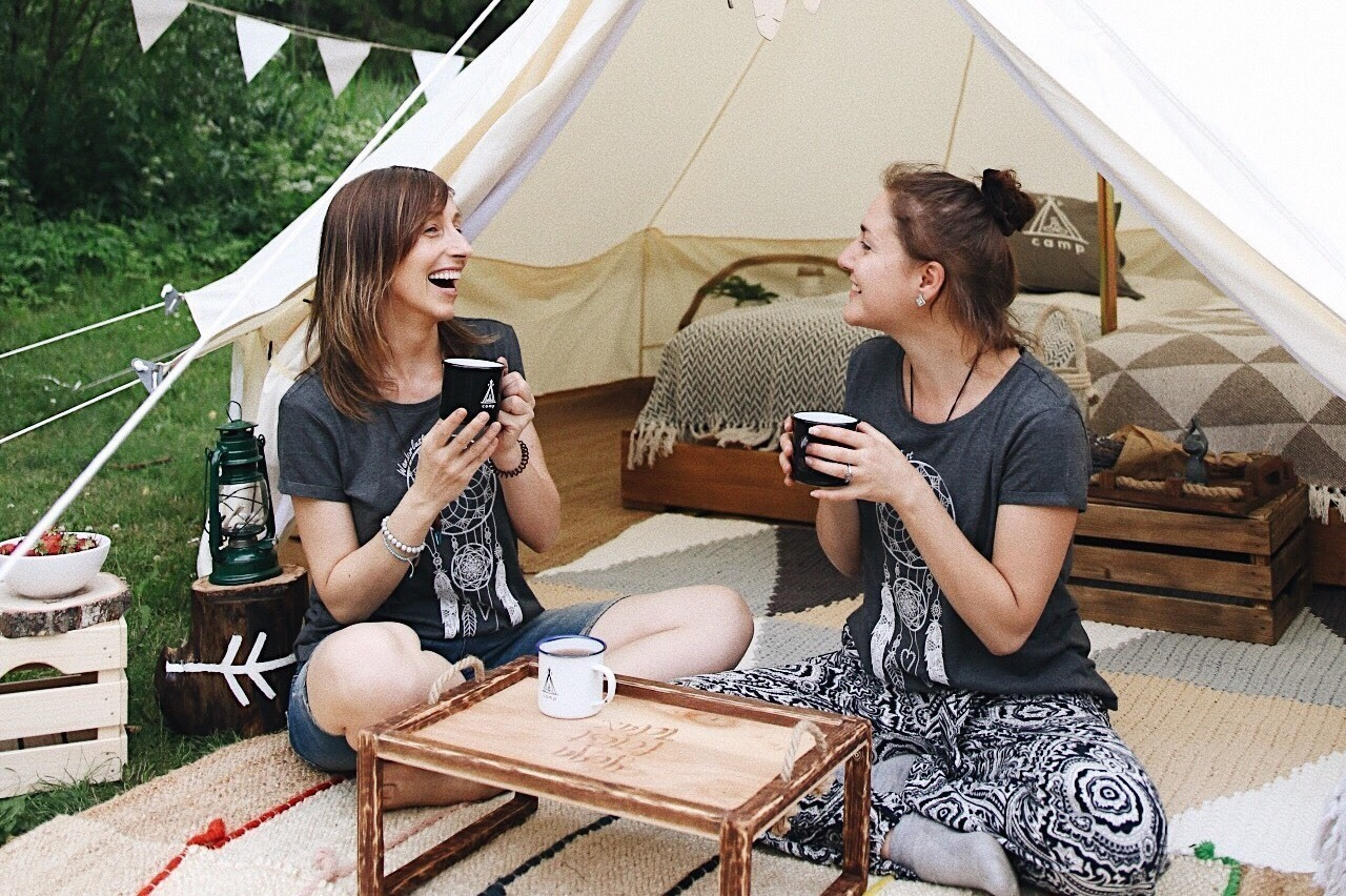 Секс с девочками в палатке