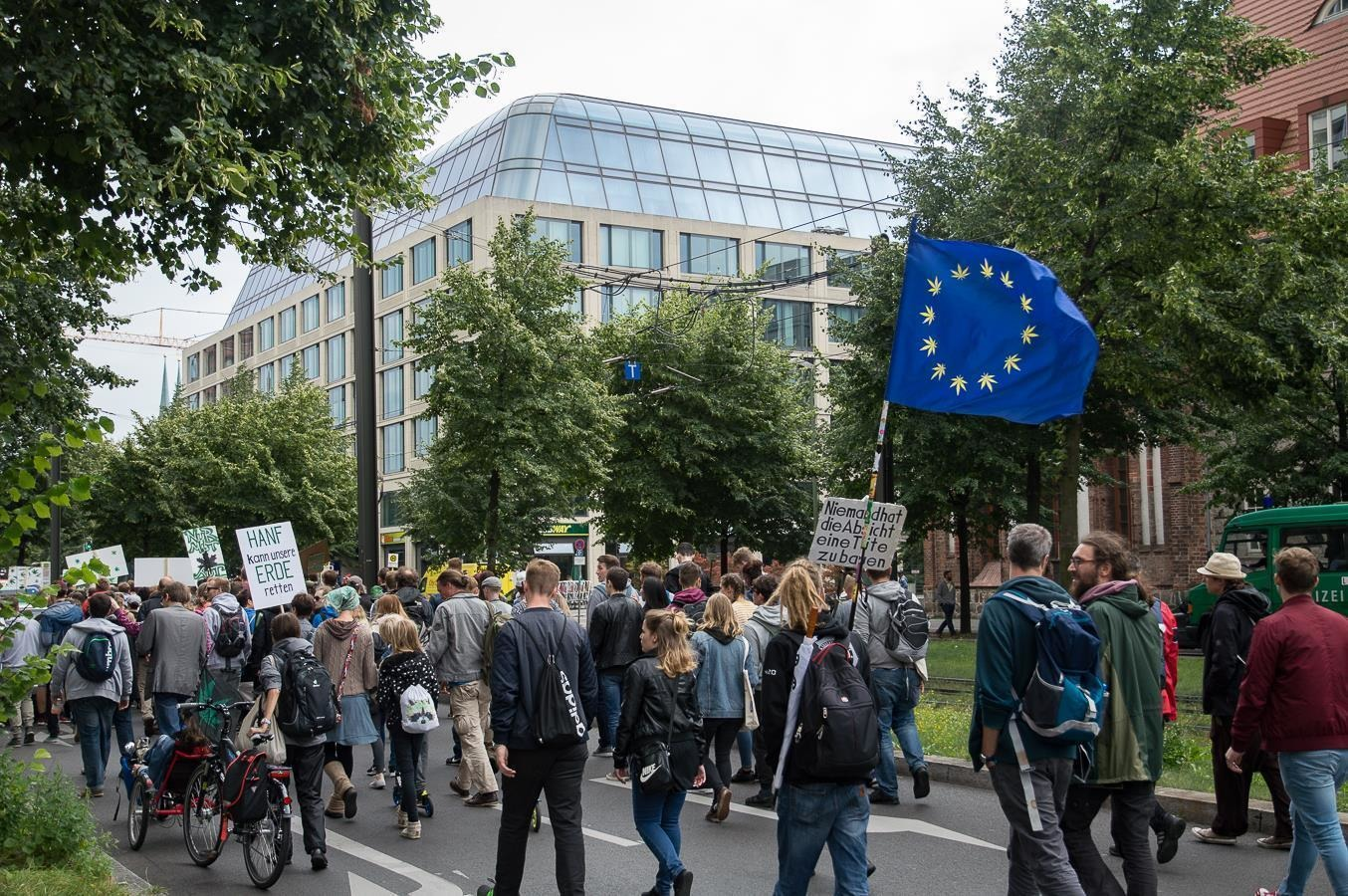 Стол травы и добрые полицейские. Зачем беларусы ездят на берлинский парад «за легалайз».