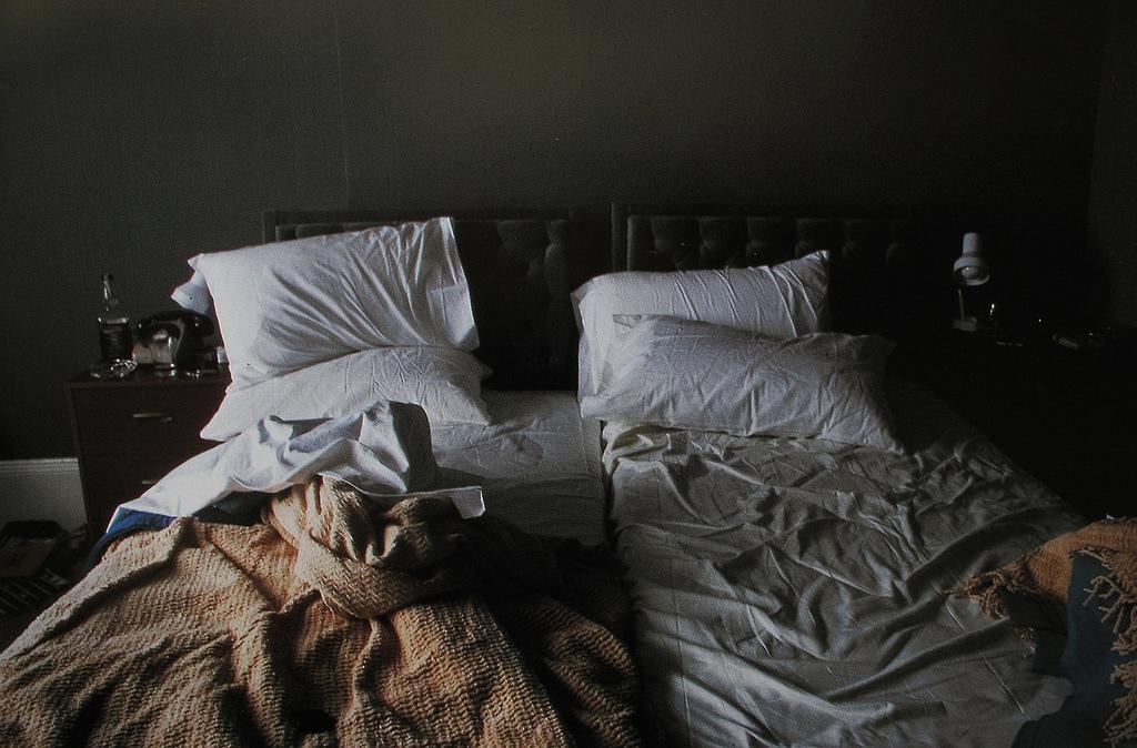 Образ постели — символ здоровья; видеть аккуратную, хорошо убранную постель — к хорошему самочувствию и психологической уверенности в своих силах; лежать в постели — к возможной болезни; выставленную на солнце — благополучие в доме; видеть пустую, полностью разобранную постель — к тяжелой болезни с летательным исходом; встать с постели для больного — означает, что кризис наступит придет выздоровление; видеть в своей постели лицо противоположного пола — к сексуальной неудовлетворенности, одного пола — к нездоровым сексуальным влечениям.